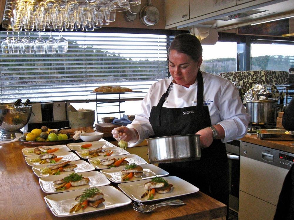 Välkommen till Qrooz. All mat lagas ombord av kocken. Öppet kök.